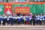Ông Nguyễn Thiện Nhân tặng 250 suất quà cho đồng bào vùng biên giới