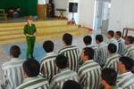 Cô giáo trẻ giữa các tù nhân