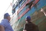 Các học giả, nhà nghiên cứu quốc tế xem tận mắt tàu cá bị đâm chìm