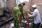 Hai thanh niên nhảy qua tường rào cứu cụ già khỏi chết cháy