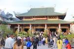 Hàng nghìn lượt người tới chùa Linh Ứng trong ngày đầu năm