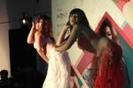 Clip 2 vũ nữ 'đẫy đà' khiến phóng viên ngán ngẩm