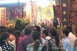 Người dân đổ về cầu phúc tại chùa Bà ngày Rằm tháng Giêng