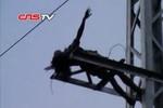 Chồng bỏ, phát điên trèo lên cột điện cao 15 mét hò hát