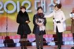 Tân Tổng thống Hàn Quốc xuất hiện cùng mỹ nữ cảm ơn cử tri