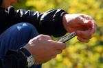 Nhật Bản phát minh chất liệu may quần áo sạc điện thoại di động