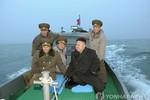 Kim Jong-un cưỡi xuồng ra biển thị sát 2 đảo tiền tiêu