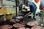 Cận cảnh lò chế biến thịt lợn chết thành thịt xiên nướng Trung Quốc