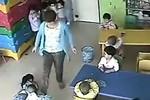 Video: Cô giáo ác nhân lấy thước vụt đầu, đạp trẻ văng xa nửa mét