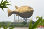 Trung Quốc dựng tượng cá nóc 11 triệu USD giữa lúc thắt lưng buộc bụng