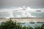 2 tàu cá Trung Quốc đánh bắt trái phép ở Hoàng Sa bị bão đánh chìm