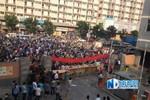 Ảnh: Chủ nợ lương, công nhân Trung Quốc rào cổng vào khu công nghiệp