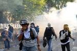 Bangkok hỗn loạn, Thái Lan bác tin đồn Thủ tướng rời đất nước