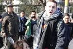 """Xô vào """"Tây ba lô"""", phụ nữ Trung Quốc xé áo ăn vạ kiếm 300 USD"""