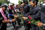 Ảnh: Cảnh sát Thái Lan và người biểu tình tặng hoa cho nhau