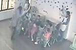 Video: Giáo viên mầm non túm cổ trẻ nhấc bổng khỏi mặt đất
