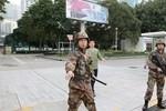 Video: 6 người dân Hồng Kông đột nhập doanh trại đuổi lính Trung Quốc
