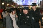 Thứ trưởng Công an Trung Quốc giắt súng bên hông tuần tra đường phố