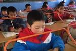 Trường học Trung Quốc sử dụng bàn học chống cận thị cho học sinh