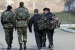 2000 lính Ukraine quyết định rời khỏi Crimea, 54/67 tàu quy thuận Nga
