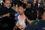 Đắm phà: Người nhà nạn nhân tấn công Cục phó Cảnh sát biển Hàn Quốc