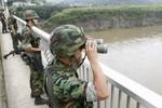 Hai người đàn ông Triều Tiên bơi qua biên giới biển sang Hàn Quốc