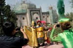 Trung Quốc sáng tác lịch sử để trấn an Tây Tạng, Tân Cương
