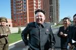 Kim Jong-un lần 2 trong tuần chống gậy thăm chung cư