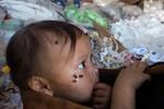 """Ảnh: Trung Quốc biến rác thải thành đồ chơi, trẻ em """"lãnh đạn"""""""