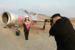 Ảnh: Kim Jong-un chụp ảnh nữ phi công Triều Tiên