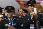 Quân nhân dùng điện thoại thông minh có thể làm lộ bí mật quân sự