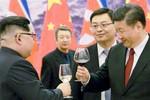 """Tại sao ông Kim Jong-un vui vẻ chấp nhận để Tập Cận Bình đóng vai """"anh cả""""?"""