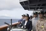 Trung Quốc tập trận bắn đạn thật sát cửa, bà Thái Anh Văn vẫn tự tin xuất ngoại