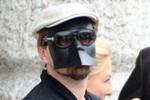 Leonardo DiCaprio đeo mặt nạ kỳ quái ra đường