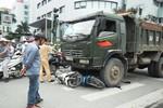Hà Nội: Đang dừng đèn đỏ, hai xe máy bị cuốn vào gầm xe tải