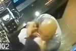 Video: 'Cưỡng hôn' cướp tiền cô gái