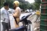 Video: 2 thanh niên không đội mũ bảo hiểm, lăng mạ Cảnh sát giao thông