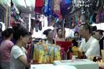 """Hai vợ chồng to tiếng, """"bao vây"""" nhân viên bán quần áo ở chợ"""