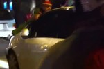 Cảnh sát bám nắp capô bị kéo đi dọc phố Hà Nội