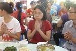 Xúc động những bữa cơm chay cửa Phật tiếp sức sĩ tử