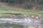 Đi chụp ảnh bên bờ suối, 3 người chết đuối