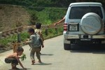 Chủ tịch huyện Đồng Văn nói về vụ đại gia tung kẹo cho trẻ nghèo nhặt
