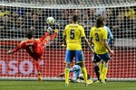 Tranh cãi: Messi bị cướp trắng một bàn thắng?