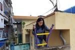 Ở đảo Cát Bà, hàng ngày cô giáo về hưu phải trèo thang mới ra được đường