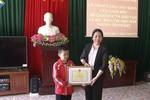 Học sinh lớp 2 ở vùng cao cùng mẹ vượt hơn 100 km đi học tiếng Anh