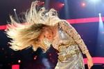 Taylor Swift vẩy tóc vô cùng gợi cảm