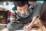 Cậu học sinh nghèo viết ước mơ bằng… đôi chân