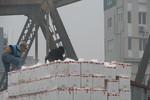 Thương lái tranh giành mua quýt Trung Quốc ở chợ Long Biên