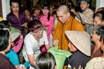 """Chán làm """"bà tám showbiz"""", Long Nhật lên chùa làm từ thiện"""