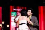 Bạn gái hotgirl bất ngờ hôn Quang Hà trên sân khấu